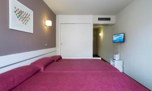 Een bed of bedden in een kamer bij Medplaya Aparthotel Esmeraldas