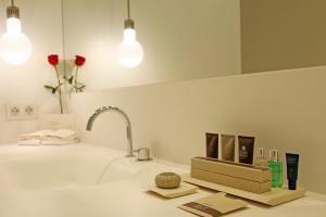 A bathroom at Hotel Mercer Sevilla