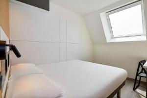 A bed or beds in a room at ibis budget Oostende Airport