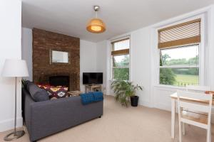 A seating area at 1 Bedroom Flat With Views of Finsbury Park