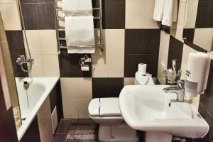 A bathroom at Aivengo Hotel