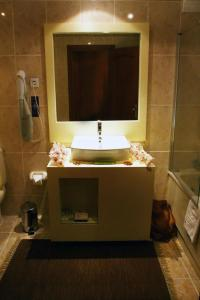 A bathroom at Hotel & Spa Alfandega da Fe