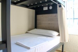 A bed or beds in a room at Alberg Costa Brava