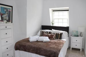 A bed or beds in a room at Fulham Chelsea penthouse