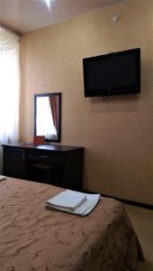 Телевизор и/или развлекательный центр в Hotel Cafe Premier Krymsk