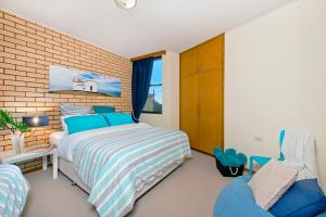 A bed or beds in a room at Oceanview at Flynns