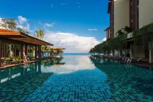 The swimming pool at or close to Dusit Princess Moonrise Beach Resort