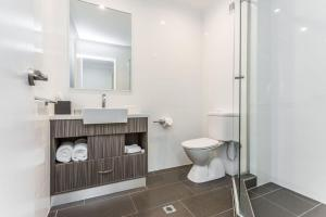 A bathroom at Country Comfort Perth