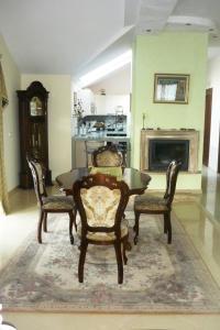 A seating area at Klaipeda-Apartments
