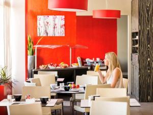 Un restaurante o sitio para comer en Novotel Nice Aéroport Cap 3000