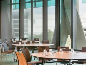 A restaurant or other place to eat at Novotel Auckland Airport