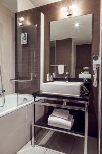 A bathroom at Aparthotel Adagio Marseille Timone