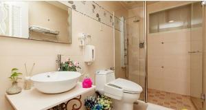 A bathroom at Jin Zhu Ya Homestay