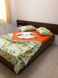 Cama ou camas em um quarto em Hotel Sarandi