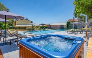 The swimming pool at or close to Relais and Wine San Tommaso