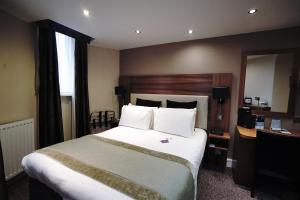 A bed or beds in a room at Mercure London Bloomsbury Hotel
