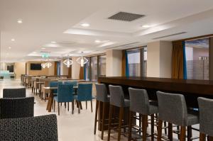 The lounge or bar area at Hampton by Hilton Cluj-Napoca