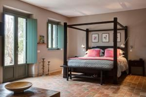 A bed or beds in a room at Fazenda Nova Country House