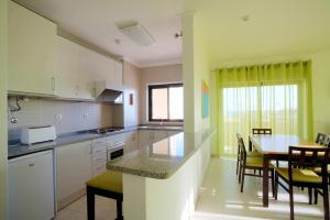 A kitchen or kitchenette at Areias da Rocha by amcf