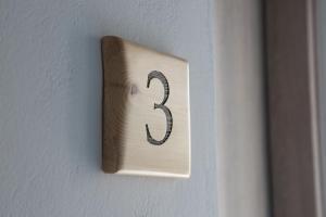 Logotypen eller skylten för lägenheten