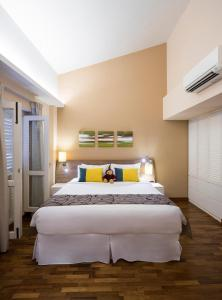 A bed or beds in a room at Park Avenue Robertson (SG Clean)