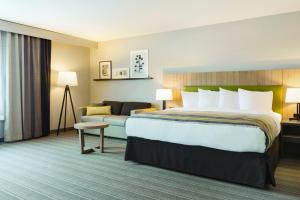 A bed or beds in a room at Country Inn & Suites by Radisson Ocean City