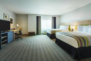 A television and/or entertainment centre at Country Inn & Suites by Radisson Ocean City