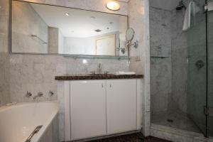 A bathroom at Quay West 2108