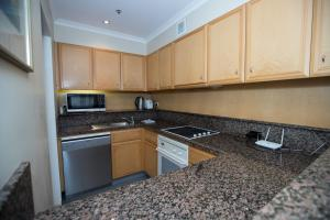 A kitchen or kitchenette at Quay West 2108
