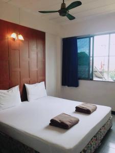 Una cama o camas en una habitación de New Siam 1 Guest House Near Siriraj Hospital