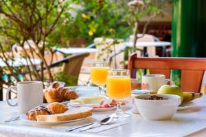Breakfast options available to guests at Hostal Rom