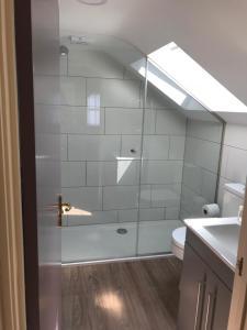 A bathroom at Aaron Wise - 62 Plantagenet Studios