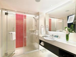 A bathroom at Sama Sama Hotel KLIA