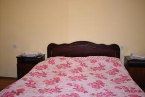 A bed or beds in a room at Guest House Ketevan Niguriani