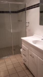 A bathroom at Buckley's Crossing Hotel Dalgety Pub