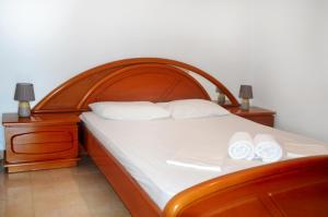 Un pat sau paturi într-o cameră la Sky-Line Apartments