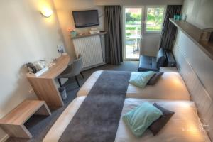 A bed or beds in a room at Hotel Bilderdijk