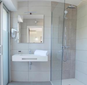 A bathroom at Hotel La Voile