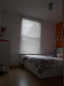 A bed or beds in a room at Walthamstow Apartment Stay, Near Central London