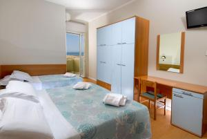 A bed or beds in a room at Hotel Colombo