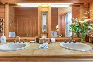 A bathroom at Stony Rise Cottage B&B