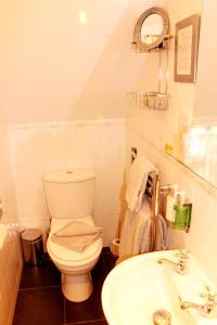 A bathroom at Abbey Guest House