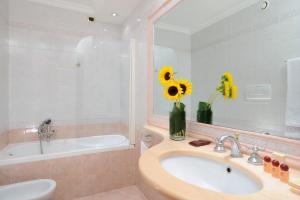 A bathroom at Hotel Torino