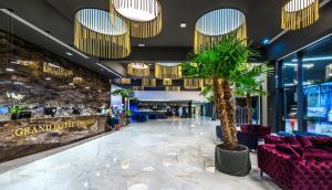De lobby of receptie bij Grand Hotel Adriatic