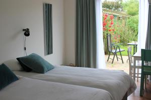 A bed or beds in a room at Bluesheep-texel