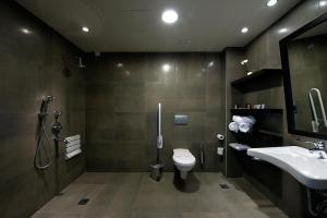 A bathroom at Ananti City Resort
