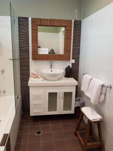 A bathroom at Tantarra Bed & Breakfast