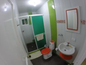 Un baño de Zippy´s Sea View Apartments