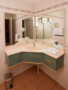 A bathroom at James Street Motor Inn