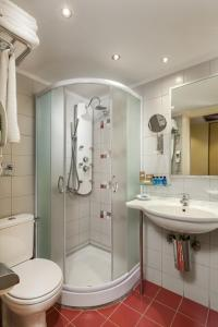 A bathroom at Tropical Hotel